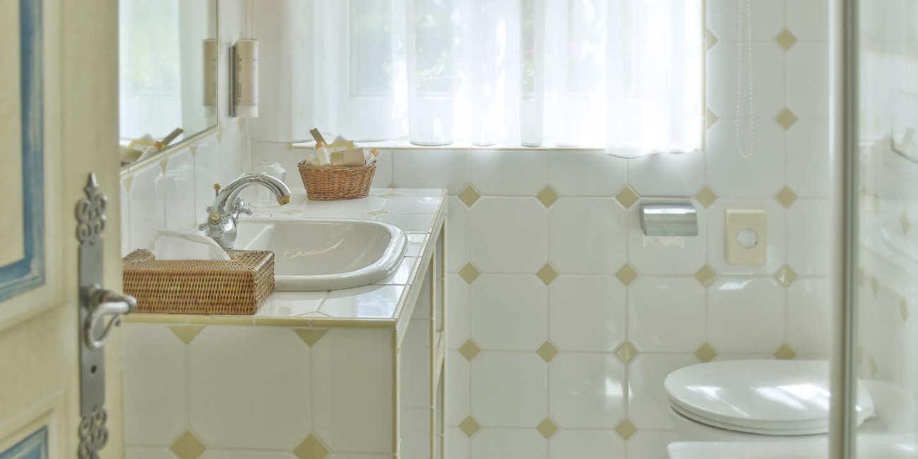 Blick in ein Badezimmer mit Waschbecken und Toilette