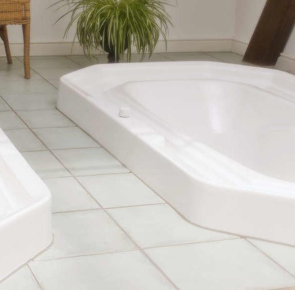 Zwei Badewannen sind in Fliesenboden eingelassen