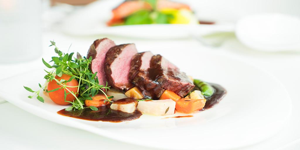 Aufgeschnittenes Fleisch wurde mit Gemüse und dunkler Soße angerichtet