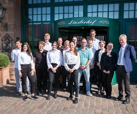 Das team der Linslerhof-Azubis und Ihre Ausbilder steht vor dem Linslerhof.