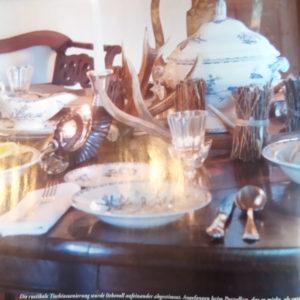 Tisch mit rustikaler Deko